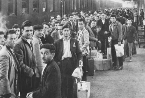 treno-valigie-di-cartone
