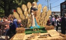 Uno dei bellissimi carri artigianali della sfilata realizzati con i chicchi di grano (Montreal, Parc Saint-Simon-Apôtre)