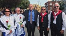Il presidente dell'associazione jelsese di Montreal, Andrea Passarelli, e signori in costume tradizionale