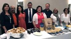 Con i consiglieri comunali della città di Ercolano, il presidente dell'Associazione culturale campana Gina Fabiano, e il segretario della stessa associazione, Tony Marcantonio nel corso della degustazione di prodotti campani DOP.